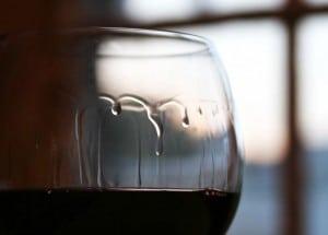Jambes spiriteux et larmes sur un verre