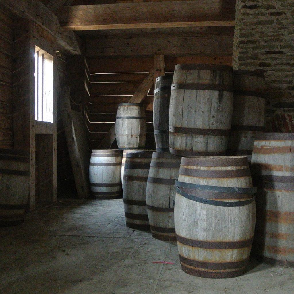 Des vieux tonneaux de bois pour la production du rhum