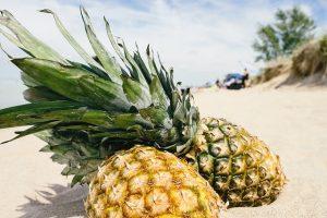 Deux ananas dans le sable